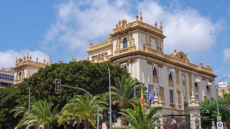Дворец, где с 1928 года заседает правительство Аликанте. Очень красивое здание и сад вокруг