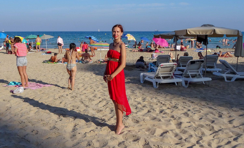 На пляже, конечно, народу очень много