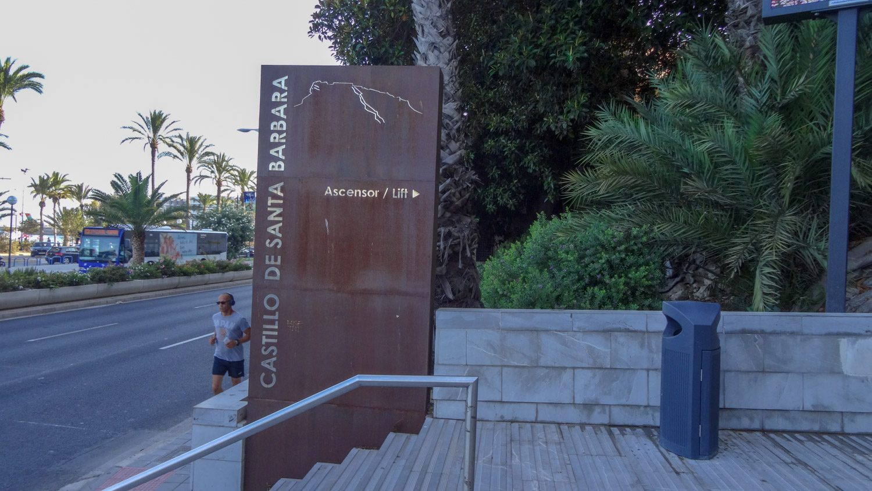 Если вы ищете вход, то он здесь, около этой таблички, вправо уходит длинный-длинный тоннель