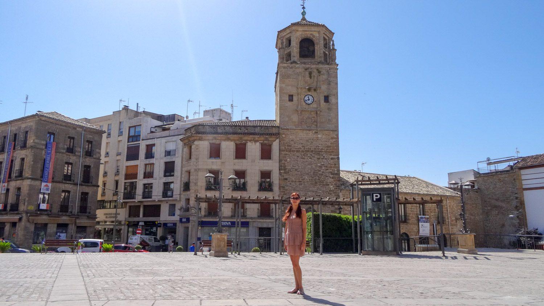 На ней - башня с часами. Была построена в XIII веке, а часы появились только в XVI
