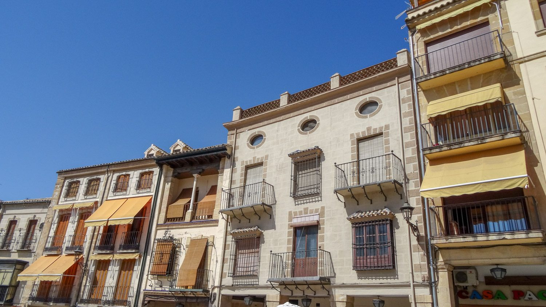 """В доме, который на фото слева, к жаре подготовились как следует. В Испании такими """"занавесками"""" часто можно закрыть не только она, но и балконы"""