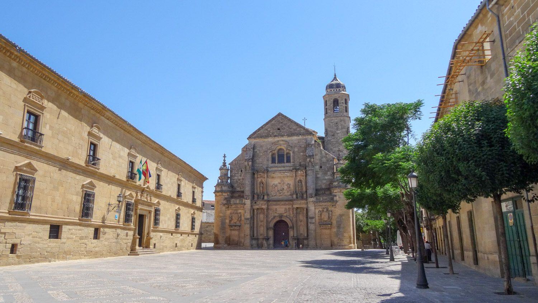 Огромная и абсолютно пустая Plaza Vazquez de Molina