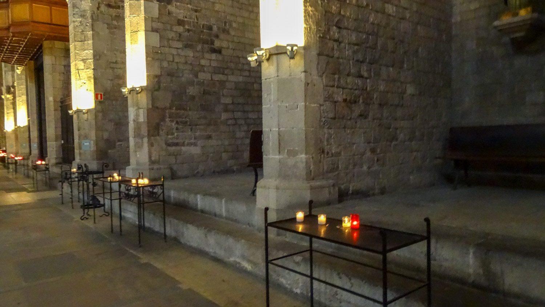 Внутри. Очень красивая постройка, здание возвели в XIV веке на пожертвования, большую часть из которых составили деньги отдельных моряков и купеческих гильдий
