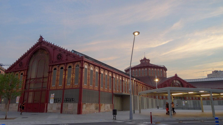 Mercat De Sant Antoni. Не только красивое здание, но и место, где можно купить хамон, сыры, вина разных сортов