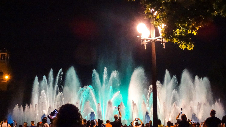 Волшебные (поющие, танцующие, музыкальные) фонтаны Монжуика находятся неподалеку от площади Испании)