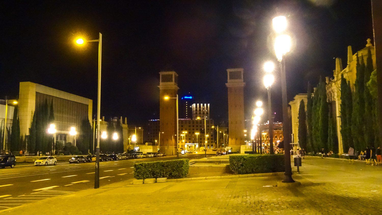 Построенные к выставке в 1929-м году Венецианские башни. Кто был на площади Сан-Марко в Венеции, найдет много общего. Высота - 47 метров