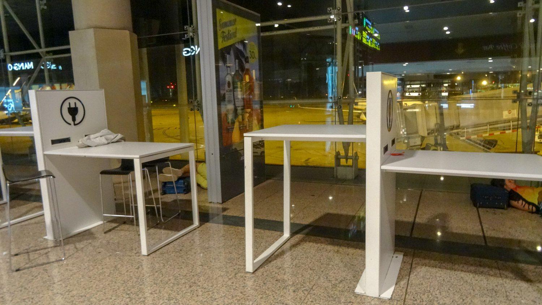 А для тех, кто решит не ходить, тоже есть удобные места: столики с розетками, Wi-Fi в наличии