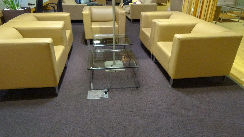 Удобные диваны, и прекрасно, что есть розетки в полу