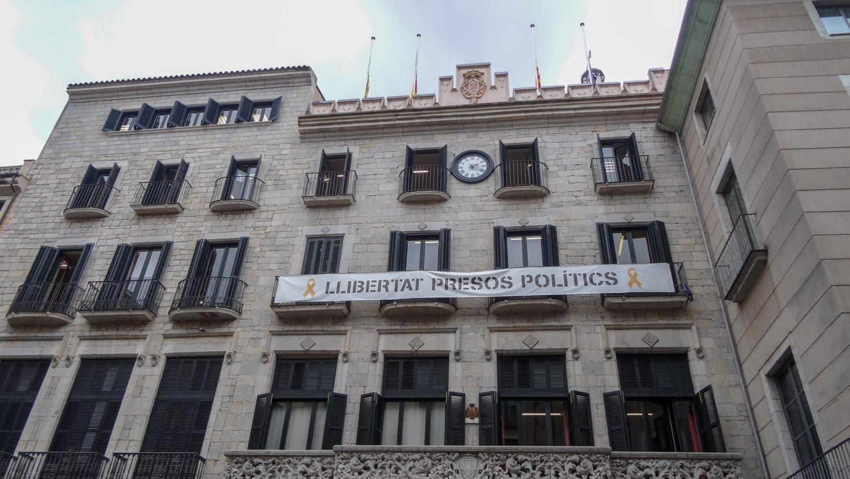 Здание правительства Жироны. В Каталонии сейчас много желтых лент (нарисованных, как на этом плакате, или привязанных к чему-нибудь) - это знак, напоминающий о борьбе за независимость