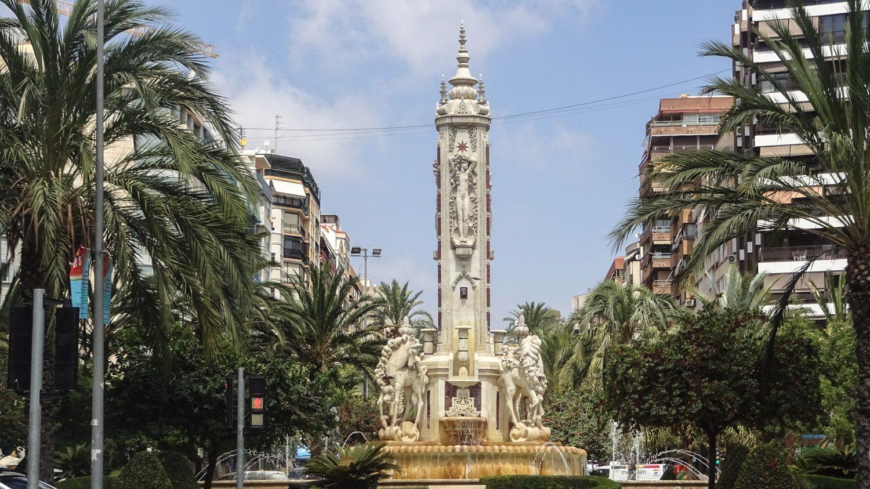 Plaza de Los Luceros. В центре - фонтан, спроектированный еще в 1930-м году