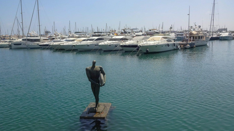 Нет, это не серфингист! Это Икар (я серьезно, статуя установлена здесь не так давно, но все-таки изображает именно его)