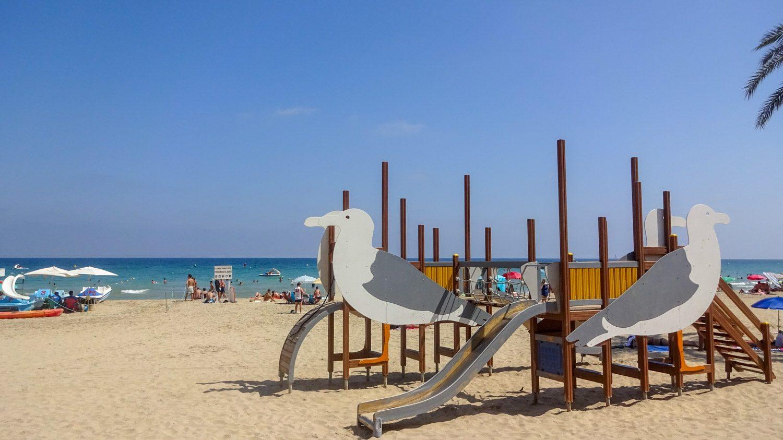 По-моему, горки в такую погоду просто раскаленные. Но все равно здорово, когда на пляже есть развлечения для людей любого возраста