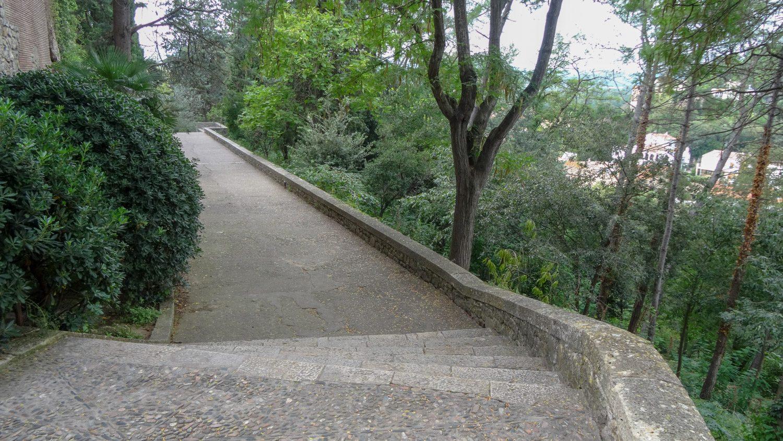 Дороги в основном каменные, асфальт только в новой части