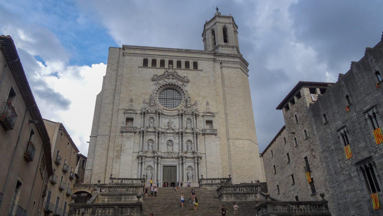 Кафедральный собор Жироны. Построен в XIV веке. Перед ним - потрясающая лестница. Я думала, что вечером на ступенях соберется много туристов, но ошиблась. А вот днем есть желающие посидеть и насладиться видом на старые дома