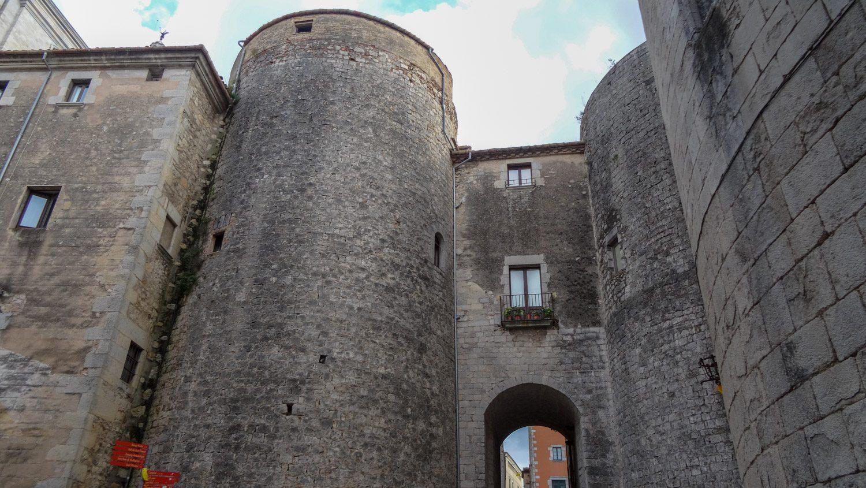 Башни есть даже в центре города