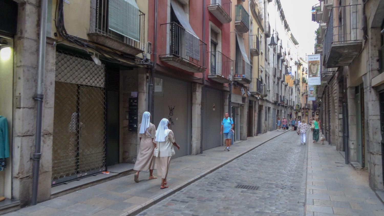 По улицам гуляют монахини