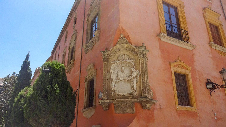 Рельефные украшения на зданиях