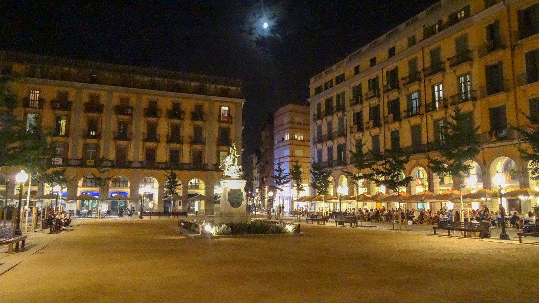 На площади (традиционно для европейских городов) по вечерам открыто множество кафе
