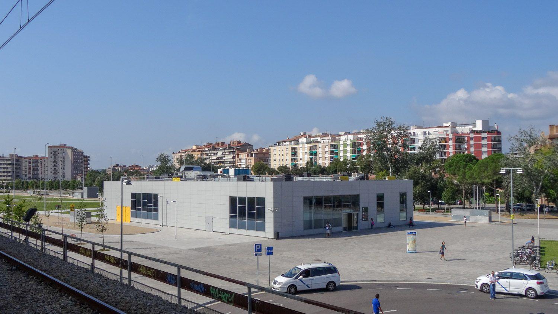 С железнодорожной платформы виден автовокзал. Кажется очень маленьким, но большая часть просто под землей