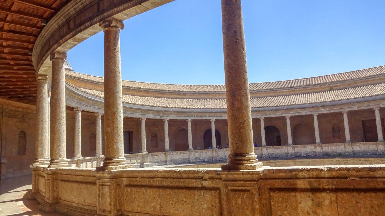 Огромная ротонда в здании Хенералифе, там же расположен музей
