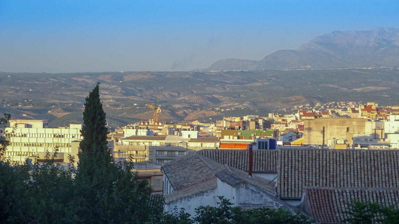 Вид на крыши, город и холмы вокруг