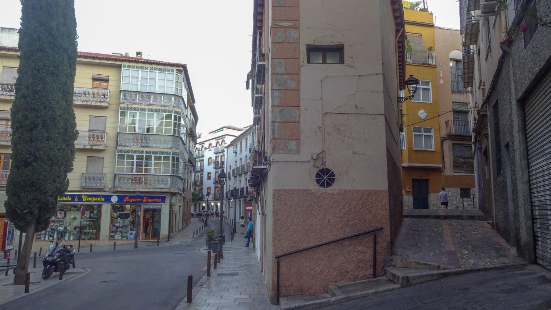 Влево - современно все, вправо - типичная улочка старого города
