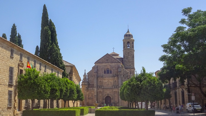 На ней - прекрасная Sacra Capilla de el Saviour, построенная в XVI веке. Украшен не только фасад, но и другие стены здания, есть смысл обойти вокруг