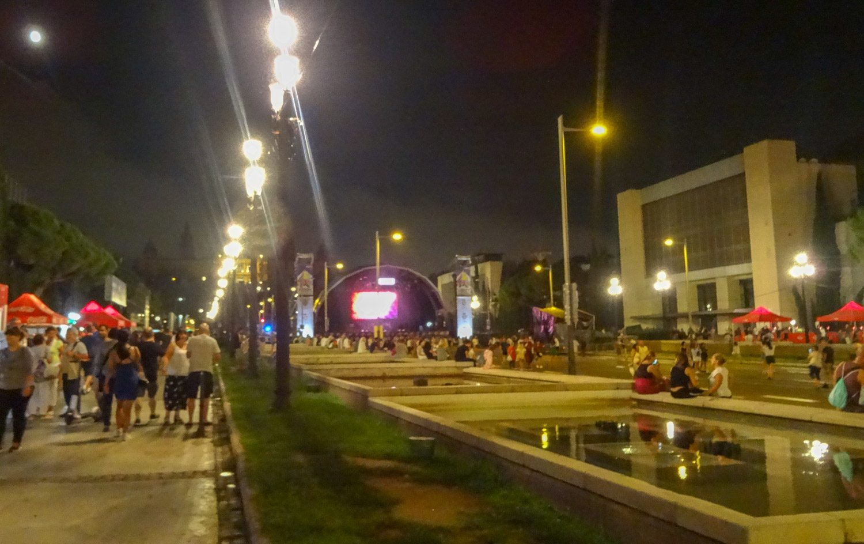 Основную дорогу к фонтанам перегородили и тоже установили сцену