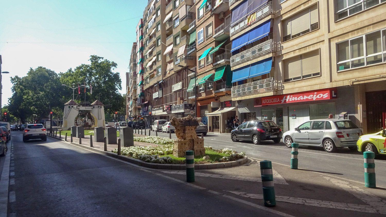 Улица Feria, впереди мельница Molino de la Feria, парк Jardinillos и место проведения ярмарки Feria de Albacete