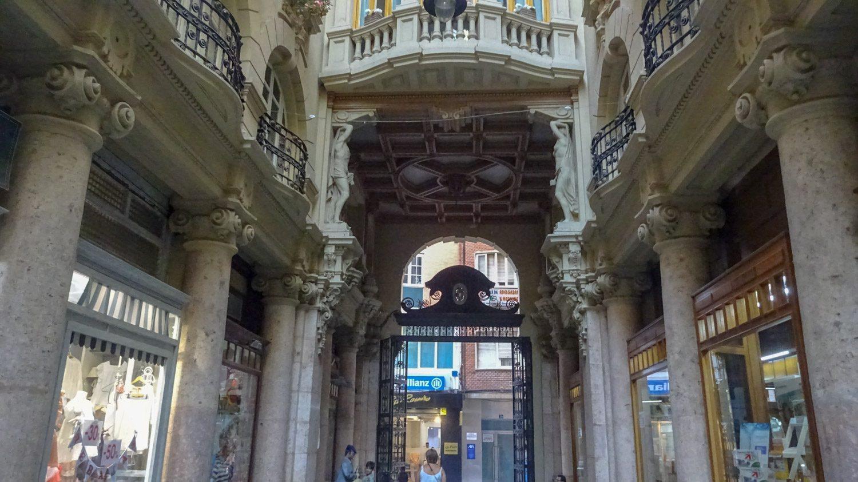 Pasaje de Lodares - очень красивый пассаж (проход между зданиями, где расположены магазины)