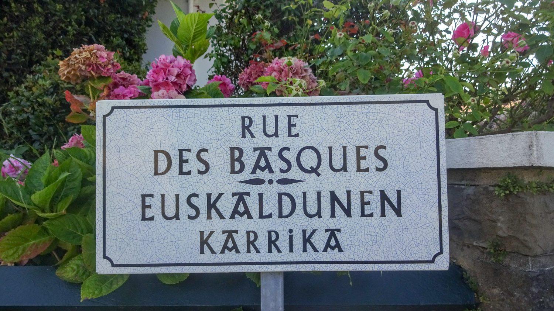 Распространен не только французский язык, но и баскский, поэтому надписи дублируются