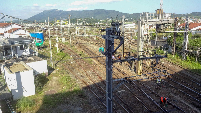 Андай - важный транспортный узел. На железнодорожный вокзал приходят поезда и из Испании, и из других городов Франции. Примечательно, что едут они по путям разной ширины