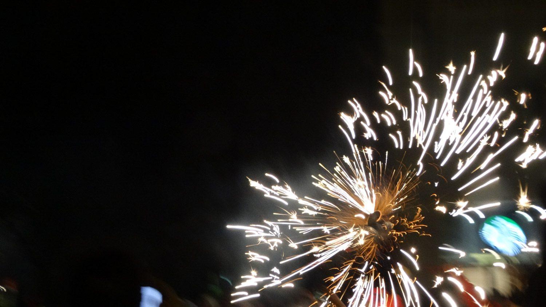Correfoc - огненное шествие. Факелы не только светятся, но и громко трещат