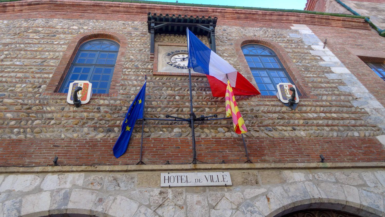 Мэрия (три флага - французский, каталонский и ЕС). Красивое старинное здание