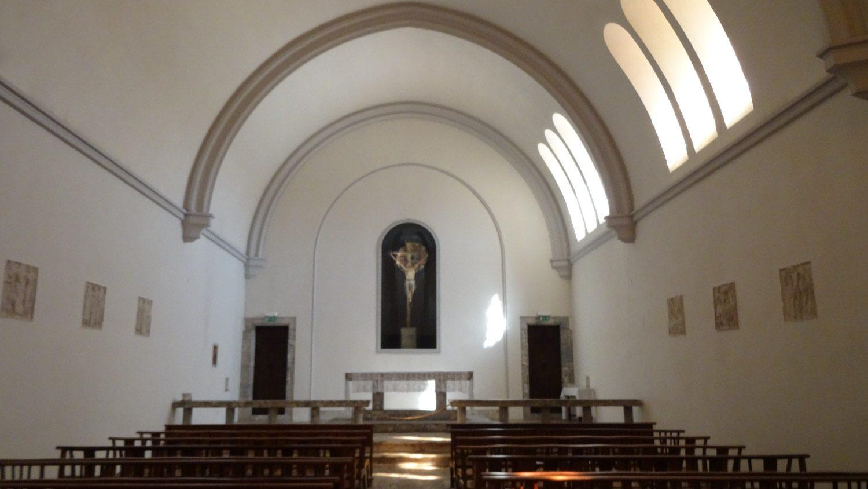 Рядом с собором - Chapelle du Devot-Christ. Очень скромная и абсолютно пустая