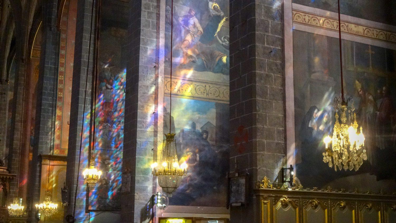 Лучи, проходя через цветные стекла, создают причудливые узоры