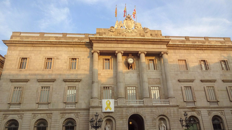 Мэрия Барселоны, фасад в неоклассическом стиле, а внутренним убранством можно полюбоваться с 10 до 12 утра, причем абсолютно бесплатно