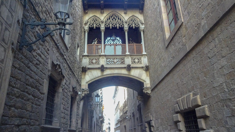 Pont del Bisbe, мостик расположен на одноименной улице - недалеко от площади Sant Jaume