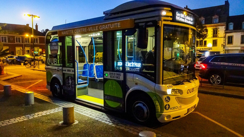 По центру курсирует небольшой бесплатный автобус, питающийся электричеством
