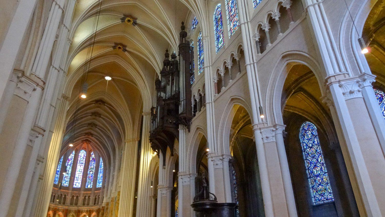 Внутри собор светлый и очень красивый