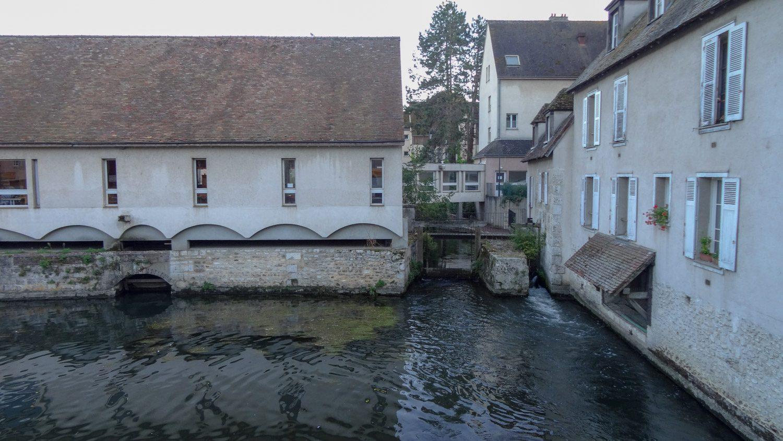 Дома уходят стенами куда-то прямо в реку