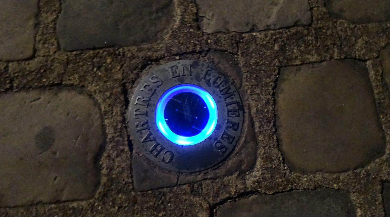 Найти эти потрясающие места просто: светящимися огоньками в тротуаре обозначен путь