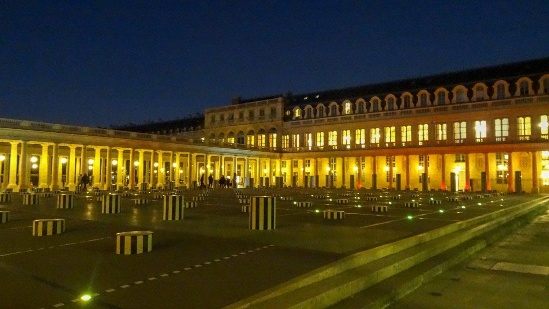 Площадь Пале-Рояль. Полосатые столбики - это колонны Бюрена (названы так в честь автора)