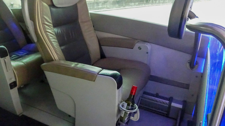 Premium. На борту обслуживание, похожее на самолетное: предлагают еду, напитки (кто-то вино взял из наших соседей)