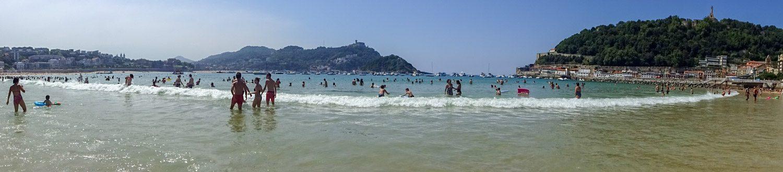 Вид с пляжа. Слева - холм Igueldo, посередине - остров Santa Clara, справа - гора Urgull