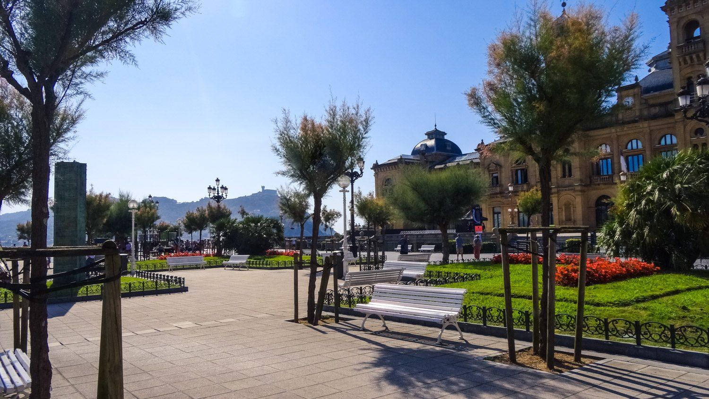 Парк Alderdi-Eder. Приятный, очень ухоженный, с лавочками и Wi-Fi. Находится прямо напротив ратуши
