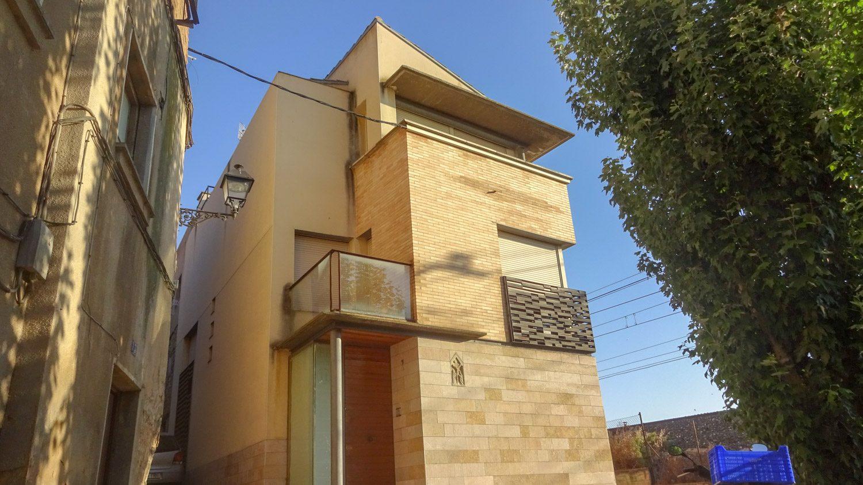 Необычное здание: есть двери и балконы, нет окон