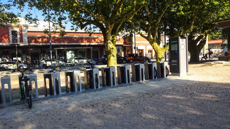 Есть и велопрокаты с удобными парковками