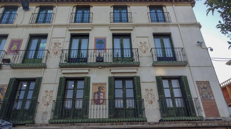 Гербы украшают фасад