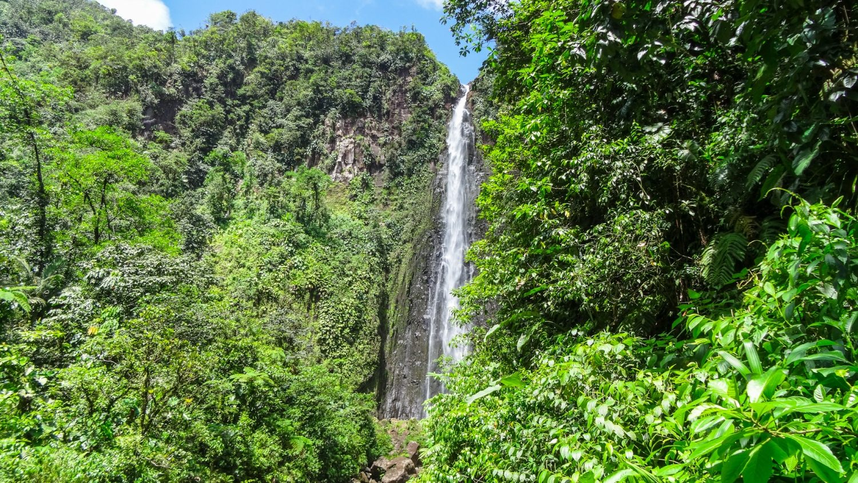 Шикарный водопад Carbet состоит из трех каскадов. На фото - второй
